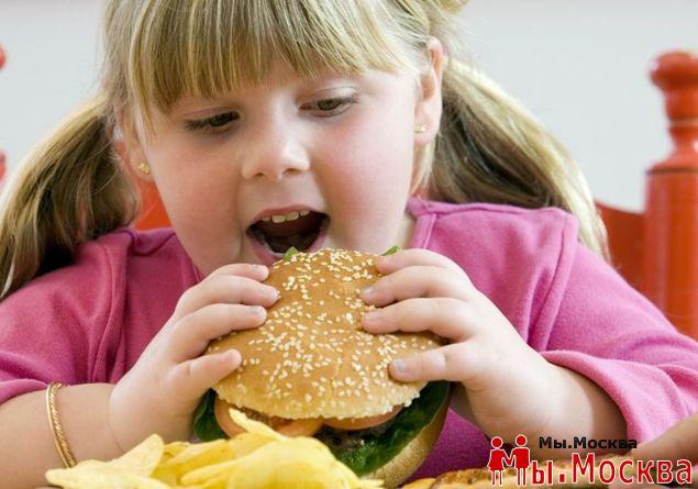 Диетологи рассказали о причинах ожирения у школьников